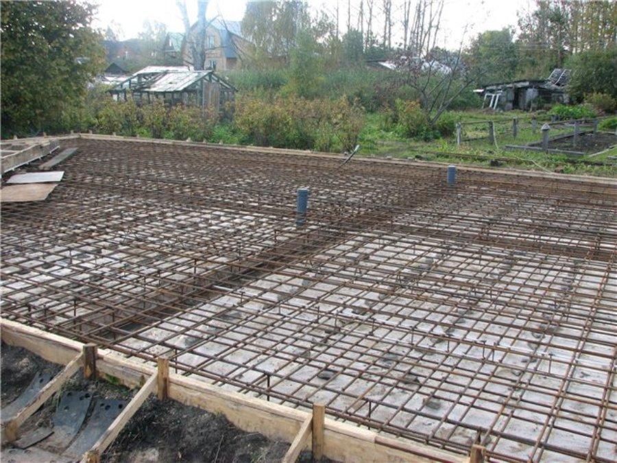 Чтобы соорудить такую плиту фундамента потребуется разнообразные строительные материалы и значительные трудовые ресурсы