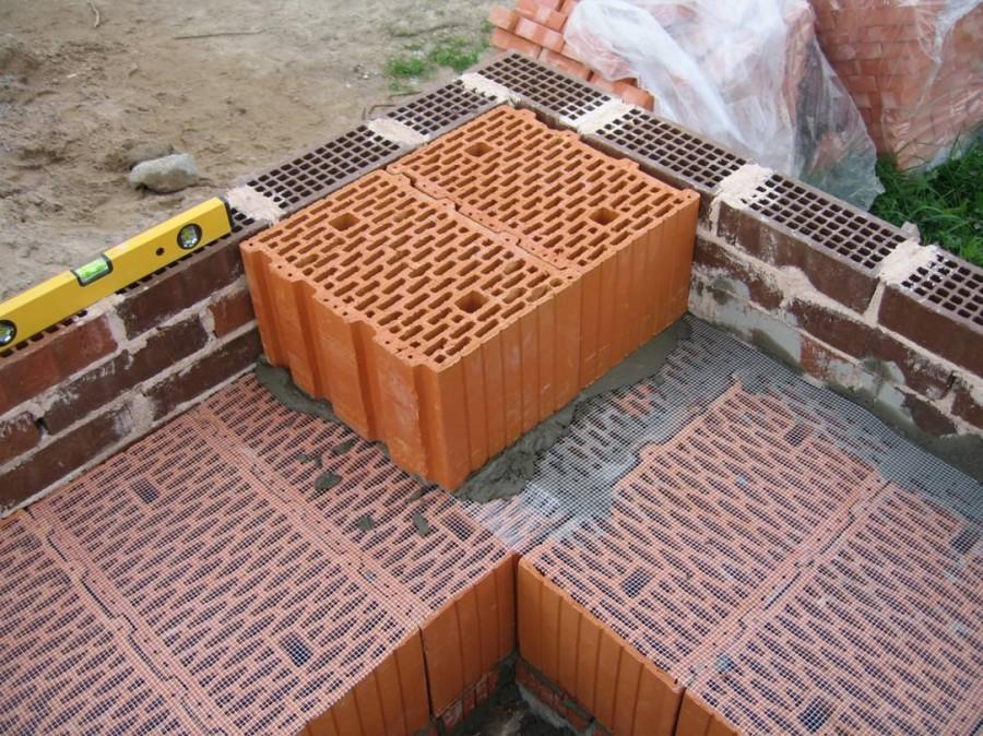 Работу с керамическими блоками лучше доверить специалистам