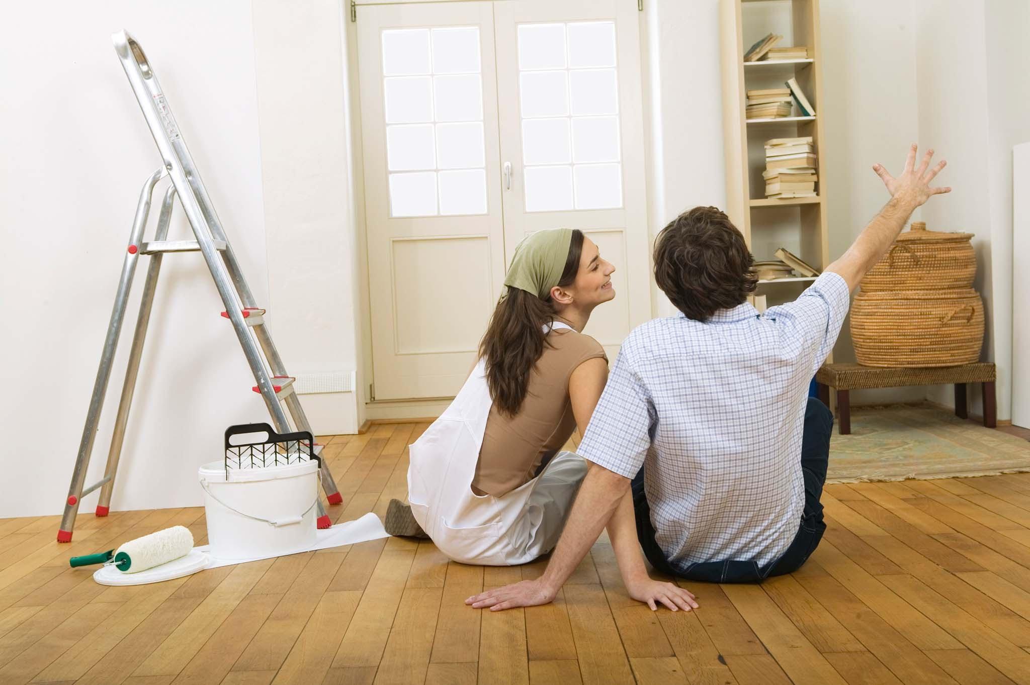 Мужчина с женщиной сидят на полу