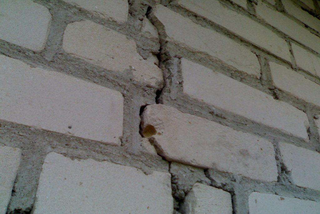 Трещины после усадки фундамента