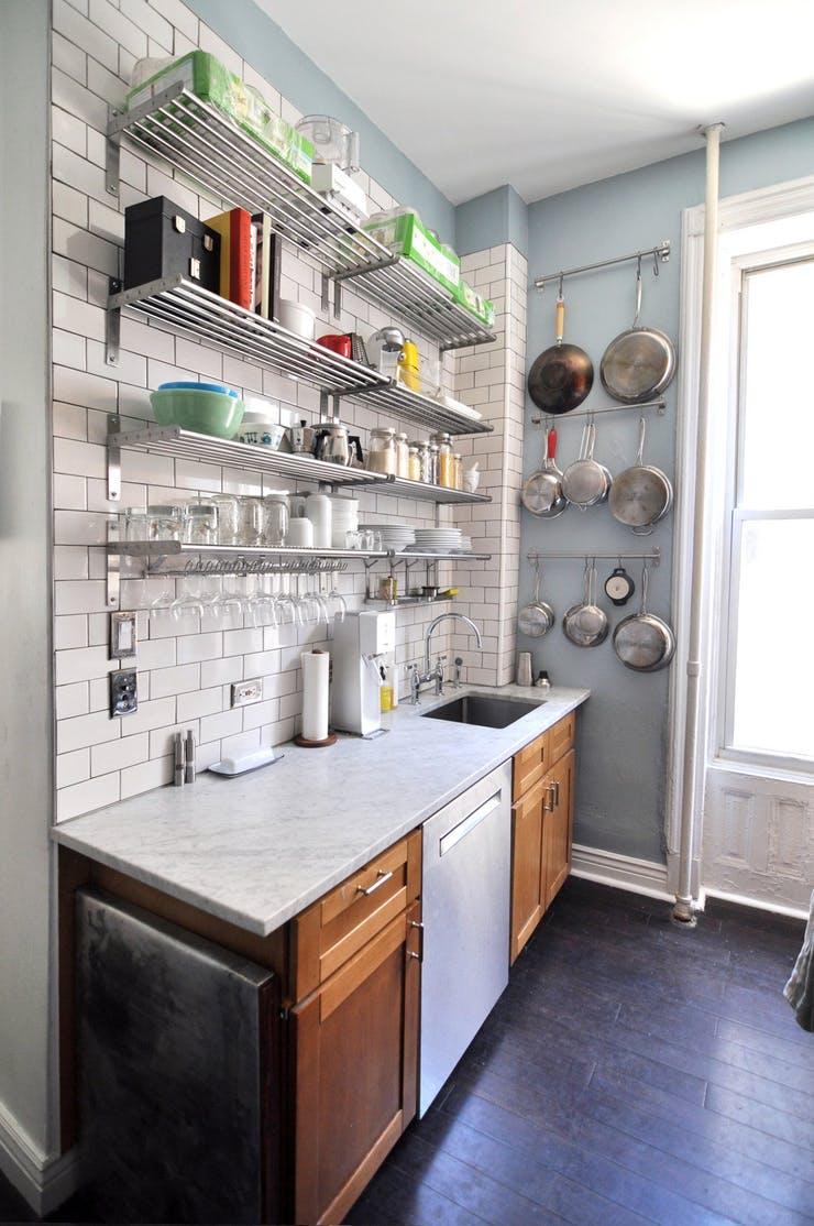 Проклятье малогабаритной кухни — оригинальные идеи и способы хранения кухонной утвари