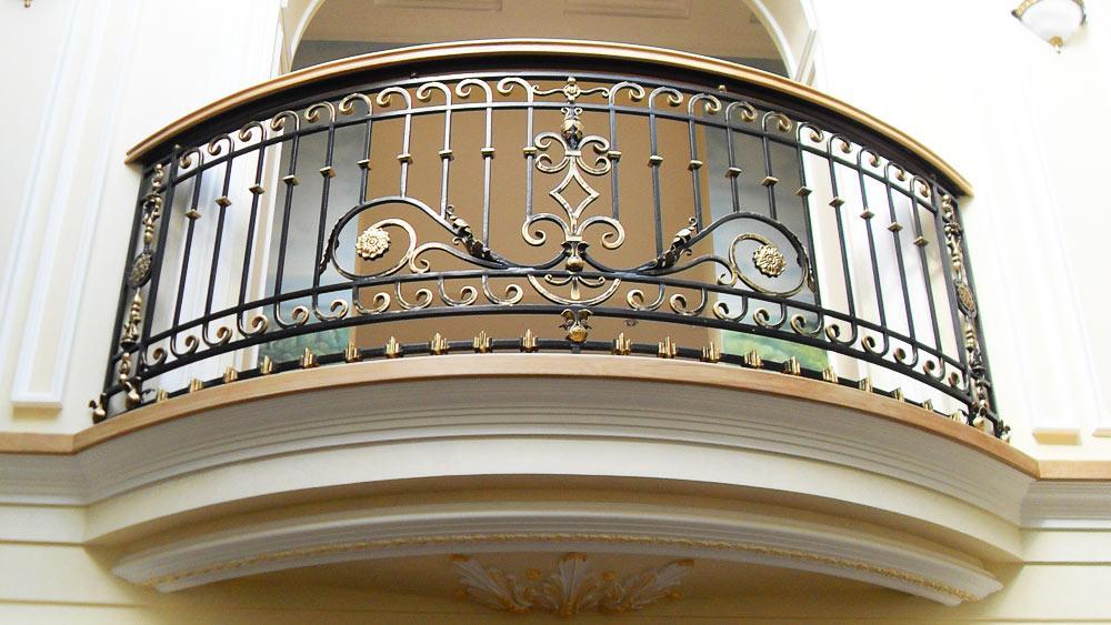 Кованые балконы: французский колониальный шик в современном исполнении
