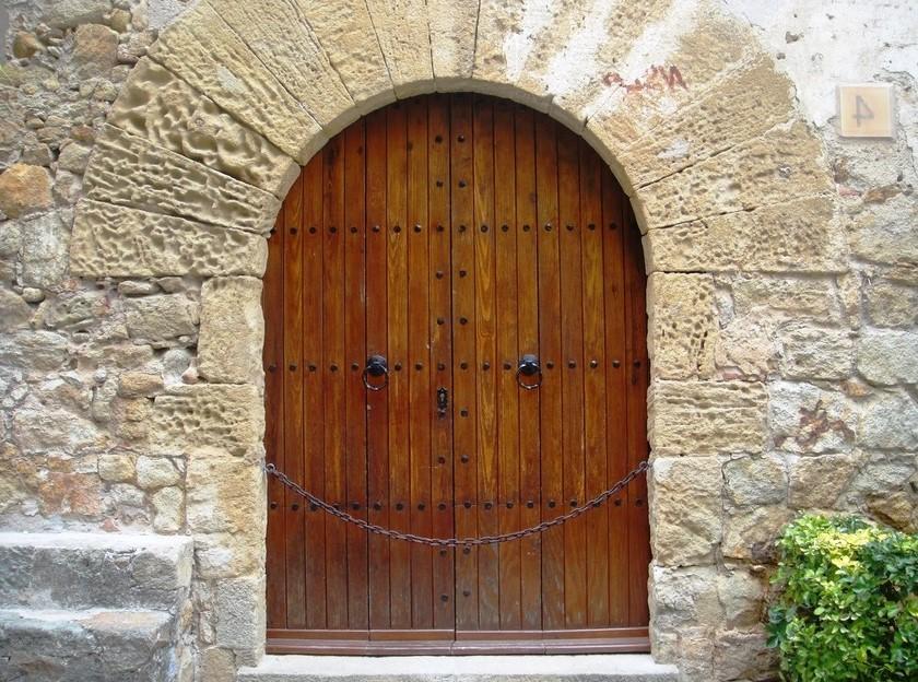 Деревянные входные двери: фото, виды, особенности материала