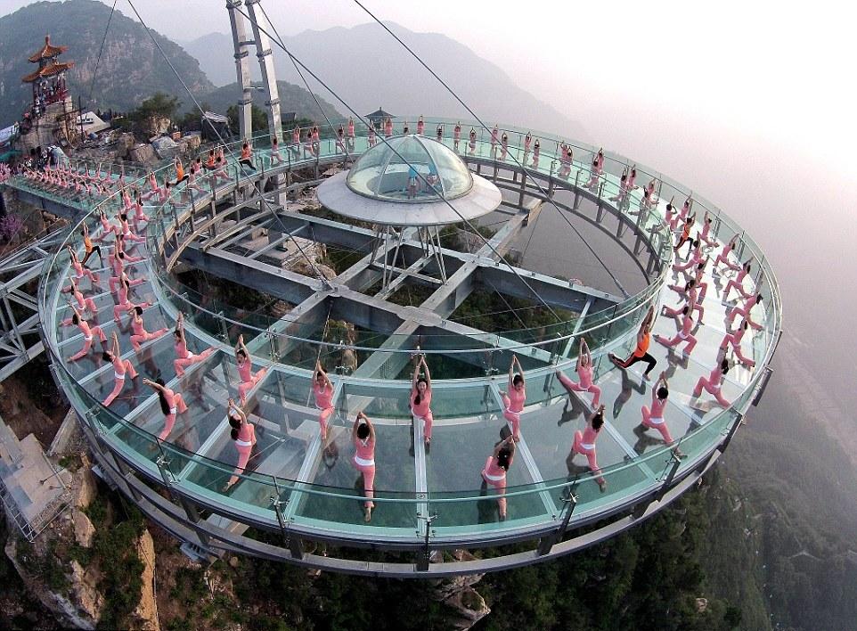 Стеклянная площадка над пропастью в Китае: фото и назначение