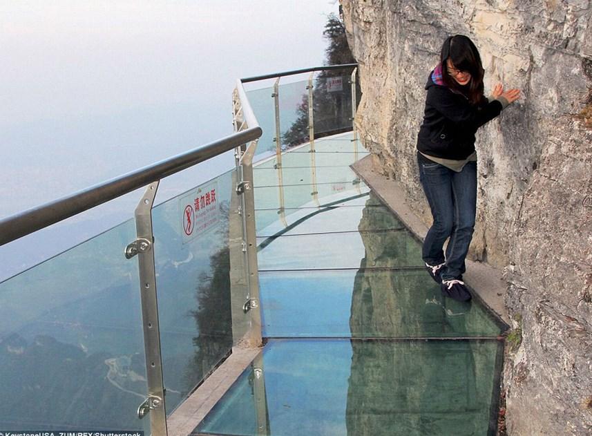 В Китае появилась стеклянная площадка над пропастью. Зачем она нужна?